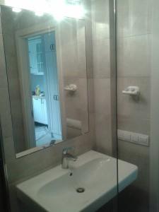 Szara łazienka z odpływem liniowym