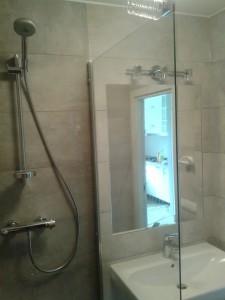 Szara łazienka z odpływem liniowym - Kafelkarz Gdańsk