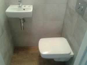 WC , płytki szare, na podłodzegres drewnopodobny/ zdjęcia robocze